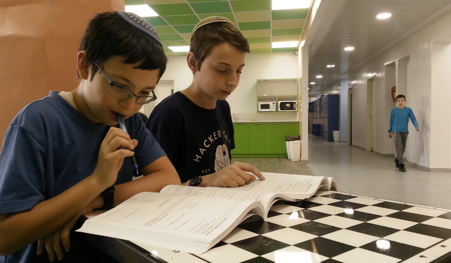 תלמידי ישיבת שפע שוקדים על פני ספר