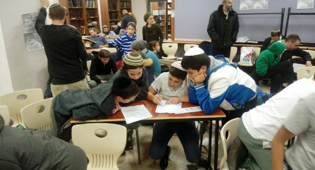 תלמידי ישיבת שפע עונים על חידון חנוכה מוסיף והולך