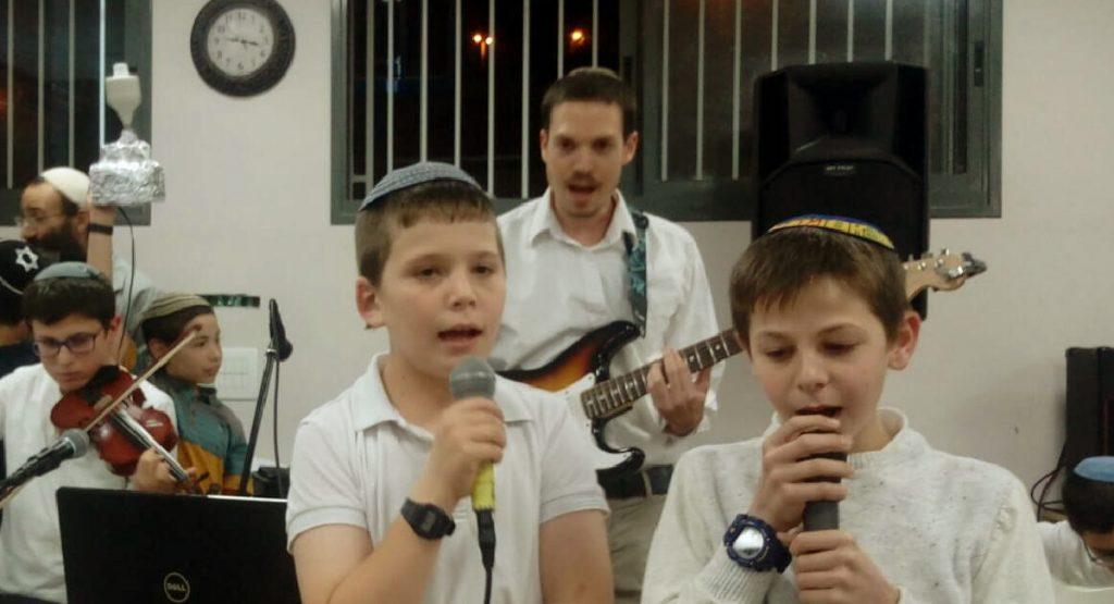 תלמידי ישיבת שפע שרים בחידון חנוכה מוסיף והולך