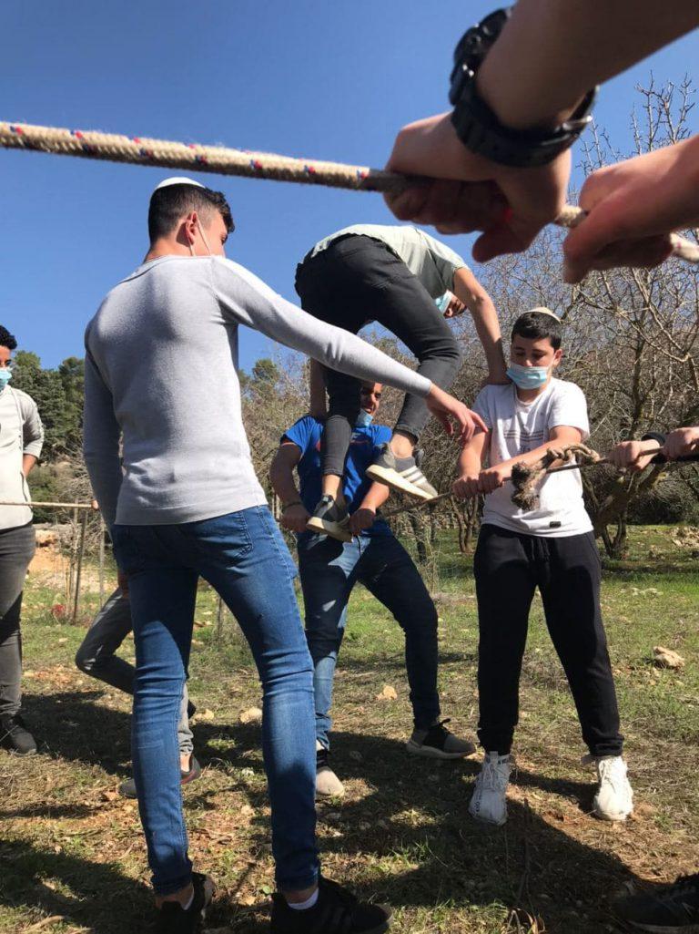 תלמידי ישיבת שפע במשחק אמון עם חבלים במסגרת מחנה גיבוש תיכון תשפא