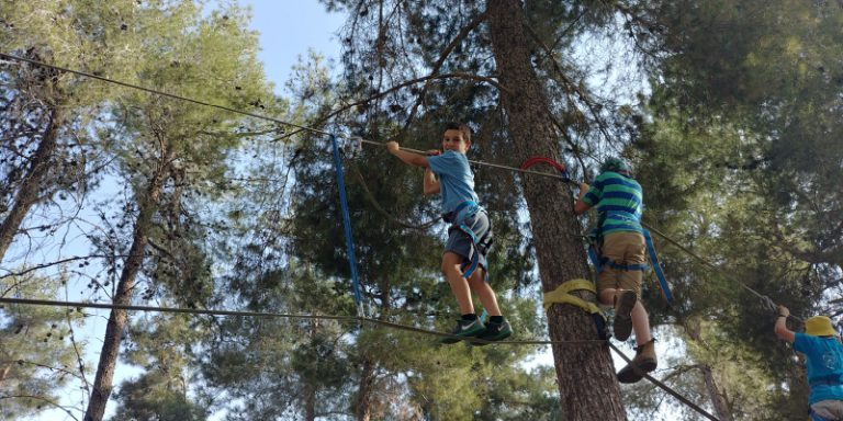 תלמידי ישיבת שפע בפעילות ספורטיבית עם חבלים